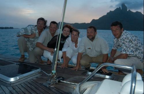 Romka i cała ekipa na tle Bora Bora w 2004 roku