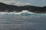 olbrzymie fale rozbijające się o rafę w Somosomo Strait