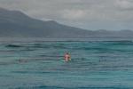 Artur asekuruje dziewczyny przy snorklingu na rafie w Somoso Strait