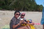 Basia i Dorota degustują kokosa prosto z palmy