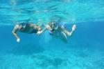 Julka z tatą snorkluje na Astrolabe Reef