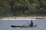rybak na tle plaży wschodniej Tanna