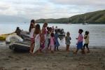dziewczynki bawią się z dzieciakami z wioski