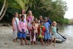 pamiątkowe zdjęcie z dzieciakami z wioski w Viani Bay