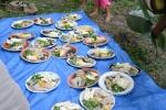 dla każdego kawałek kurczaka, wieprzowiny, tuńczyka i do tego cassava i sałatka z pok choy