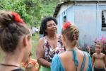 Zosia witana przez jedną z mieszkanek wioski