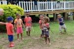 Antek zapoznaje się z dzieciakami z wioski