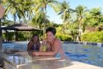 Dorcia z drinkiem przy basenie