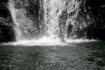 Mariusz wpływa pod wodospad