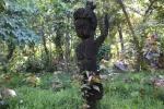rzeźba z pnia palmy u wejścia do wioski