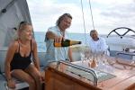 kapitan leje szampana po udanym rejsie