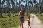 Tomek i Antoś na plantacji kokosów na Wyspie Aore