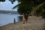 dziadkowie z Antkiem na plaży w na Aore