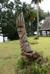 rzeźby zdobiące przestrzeń resortu