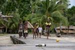 witają nas dzieciaki z wioski Marau