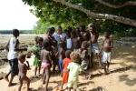 Basiunia z dzieciakami z wioski w Banam Bay