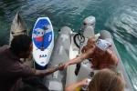 Lucynka podczas powitania, a w tle mix kulturowy łódek