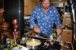 Mariusz szykuje  jagnięcinę na imieninowy obiad Hani