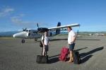 Zbyszek z Mariuszem wsiadają do samolotu do Gizo