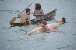wylewanie wody z zalanej łódki