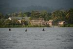 wioska na Wyspie Bareho i jej mieszkańcy płynący do nas 08.08.2014