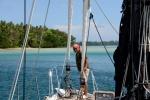 Misio rzuca kotwicę przy Lola Island