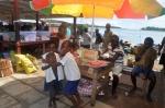 dzieciaki na targu w Gizo