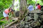 Hanuś fotografuje czaszki zdobyte przez łowców głów ZS