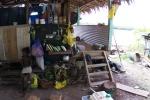 przed domem w wiosce Boboe PK