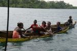 rozradowana ekipa z wioski na Wyspie Bareho