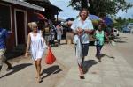 Mariusz dźwiga kupionego na targu tuńczyka ZS