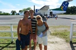 Marek, Marcin i Magda na lotnisku w Gizo