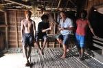 Mariusz naprawia jedyną latarkę w wiosce