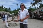 Mariusz z toporkiem obrzędowym kupionym w wiosce