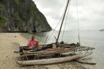Zbyszek na typowej łodzi Papuasów