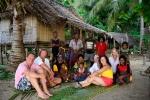 pamiątkowe zdjęcie z mieszkańcami wioski na Panasia Island