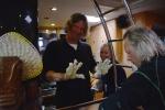 Mariusz wygniata ciasto na kopytka, które mają komponować się z pieczoną łopatką