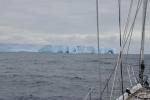 olbrzymich rozmiarów stołowa góra lodowa w czwartkowy poranek