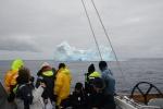 załoga Katharsis wpatrzona w lodowe zjawisko