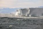 fale rozbijają się o górę lodową - warunki zmieniły się diametralnie