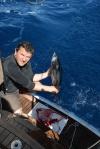 Wojtek oprawia jednego ze złowionych tuńczyków
