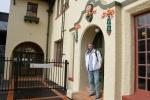 Mariusz w Wellington przed biurem konsulatu Papui Nowej Gwinei