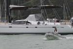 Mariusz mknie na pontonie