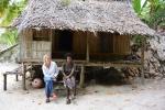 Hania z Dorothy przed jej chatą