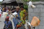 kobiety z papugami na targu