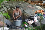 kobiety z wioski robią pranie w rzece