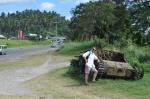 Zbyszek przy drodze w Kokopo AM