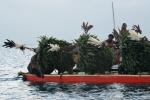 przebierańcy tańczą na łodzi