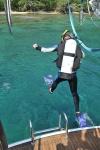 Janka pierwszy skok do wody w sprzęcie nurkowym