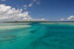 niebieska smuga płytkim kanałem wyprowadzającym z laguny w kierunku Byron Strait